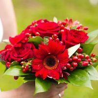 Букет невесты из роз и гербер в красной гамме