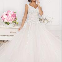 Роскошное  свадебное  платье  с  кружевной  вышивкой  и  расшивкой  бисером.Цена  103700 рублей.
