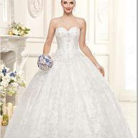 Роскошное  свадебное  платье . Богато  расшитый   лиф  и  пышная   юбка,  отделанная  кружевом - это   платье  словно  наколдовано  доброй  феей!В  нём  любая  невеста  почувствует  себя  героиней   из   волшебной  сказки!Ткани  и  отделка:   атлас,  фати