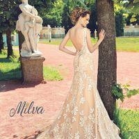 Тересса Потрясающая силуэтная рыбка, эффектно подчёркивающая фигуру. Платье выполнено из крупного элегантного кружева, переходящего в богатый рисунок на шлейфе. Изюминка платья - роскошный вырез на спине. В наличии в молочном цвете.
