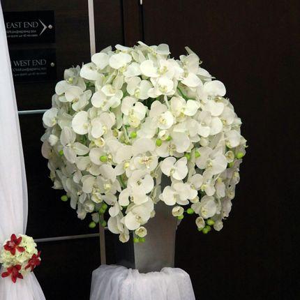 Композиция из искусственных белых орхидей