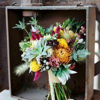 Простой ассимметричный букет для рустикальной свадьбы.