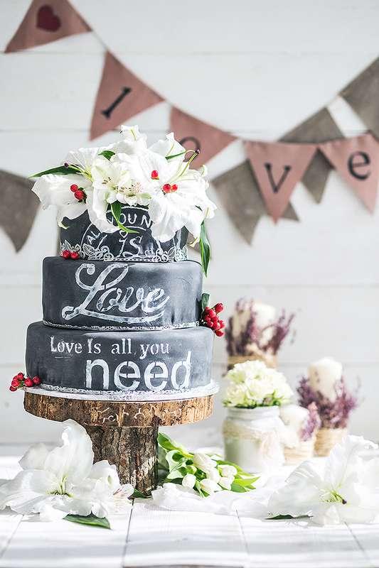 """Свадебный торт с эффектом меловой доски. A hot new trend : chalkboard Wedding Cakes. - фото 12248020 Кондитерская """"Тирамису"""""""