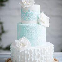 Нежный торт в пастельных тонах ,нижний ярус в стиле гофра ,украшенный сахарными розами