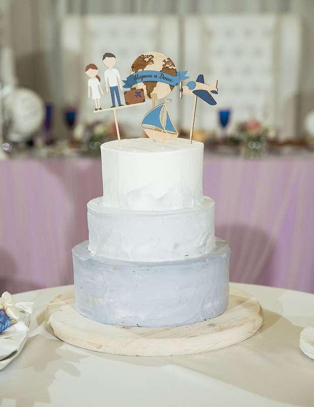 """Свадебный торт в стиле омбре ,нежного голубого цвета имитирующего волны лаконичного дизайна в виде топера о путешествии . - фото 13956246 Кондитерская """"Тирамису"""""""