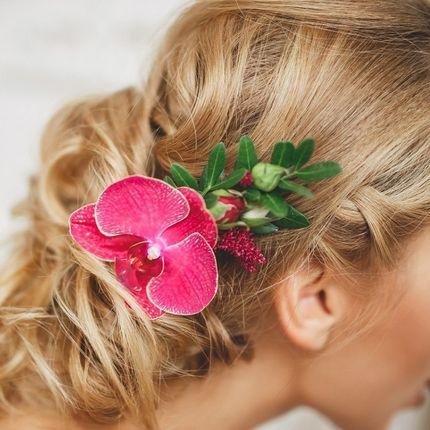 Заколка для волос из живых цветов