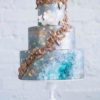 Аметистовый свадебный торт ,увенчанный лепкой из золотых цветов