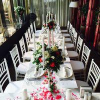 единый стол, оформление белыми подсвечниками с живыми цветами , кружевом и лепестками