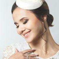 """ШЛЯПКА """" КАРАМЕЛЬКА"""" Основа шляпки имеет  круглую форму, декор расположен на одной стороне шляпки , что позволяет крепить шляпку в разных вариантах. Основа шляпки разработана мной (что позволяет сделать практически любую форму) Обтянута атласом белого  цв"""