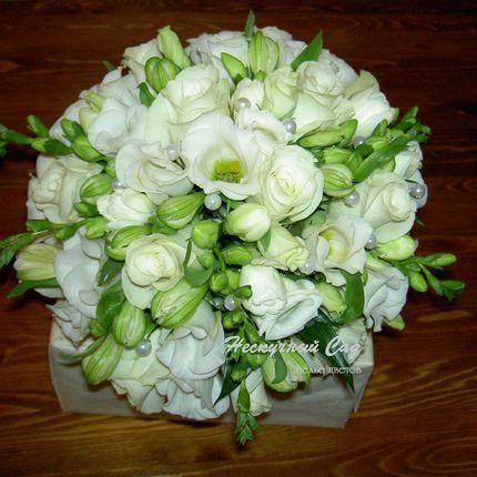 букет  из фрезии и розы