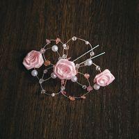 Шпильки для свадебной прически в нежном розовом цвете  Материалы: бусины, граненые бусины, розовый кварц, розы из атласных лент, проволока  #Шпилька #СвадебныеШпильки #ШпилькиДляСвадебнойПрически #Wedding #Свадьба #Невеста #СвадебноеУкрашение #РозоваяСвад