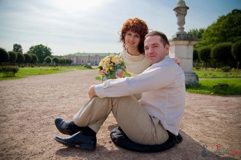 Жених и невеста сидят, прислонившись друг к другу, на площади - фото 43079 Рыжий Катенок