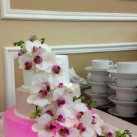 """Оформление свадебного банкета в ресторане """"Версаль"""". Свадебный торт, украшенный живыми орхидеями."""