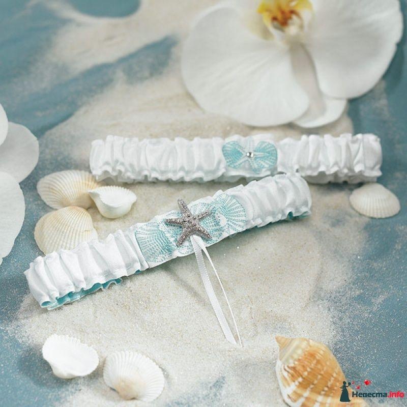 Белые атласные подвязки невесты в морском стиле, декорированные морской вышивкой в голубых тонах и серебристой морской звездой со - фото 488428 Omgwedding - свадебные аксессуары