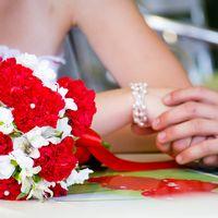 Букет невесты из красных гвоздик, белых ромашек и альстромерий