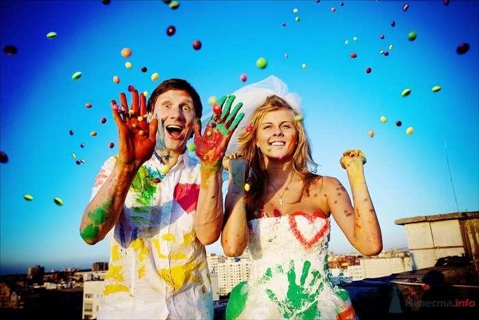 """Жених и невеста стоят, прислонившись друг к другу, на фоне голубого неба и цветных шариков - фото 35117 Свадебное агентство """"Пятая Авеню"""""""