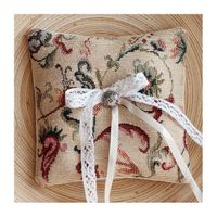 Бежевая гобеленовая подушечка для колец с растительным рисунком