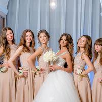 выездная церемония, выездная регистрация, роскошная невеста, бело-золотая свадьба, подружки невесты, платья подружек невесты, белый букет, цветочные браслеты