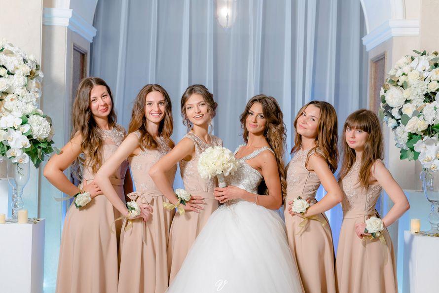 выездная церемония, выездная регистрация, роскошная невеста, бело-золотая свадьба, подружки невесты, платья подружек невесты, белый букет, цветочные браслеты - фото 14287352 Vse sezony - студия декора и флористики