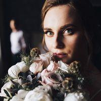 Нежный свадебный макияж и низкий пучок