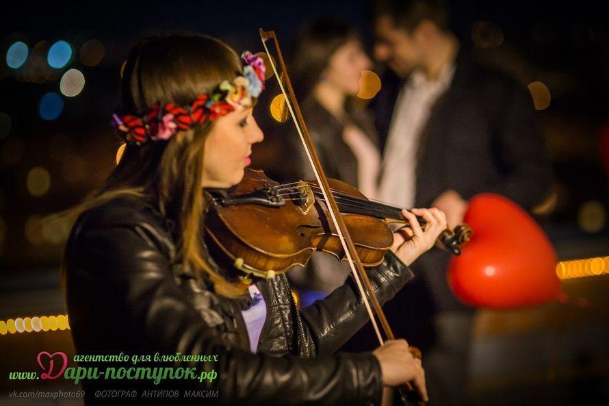 Выступление скрипачки на романтическом свидании