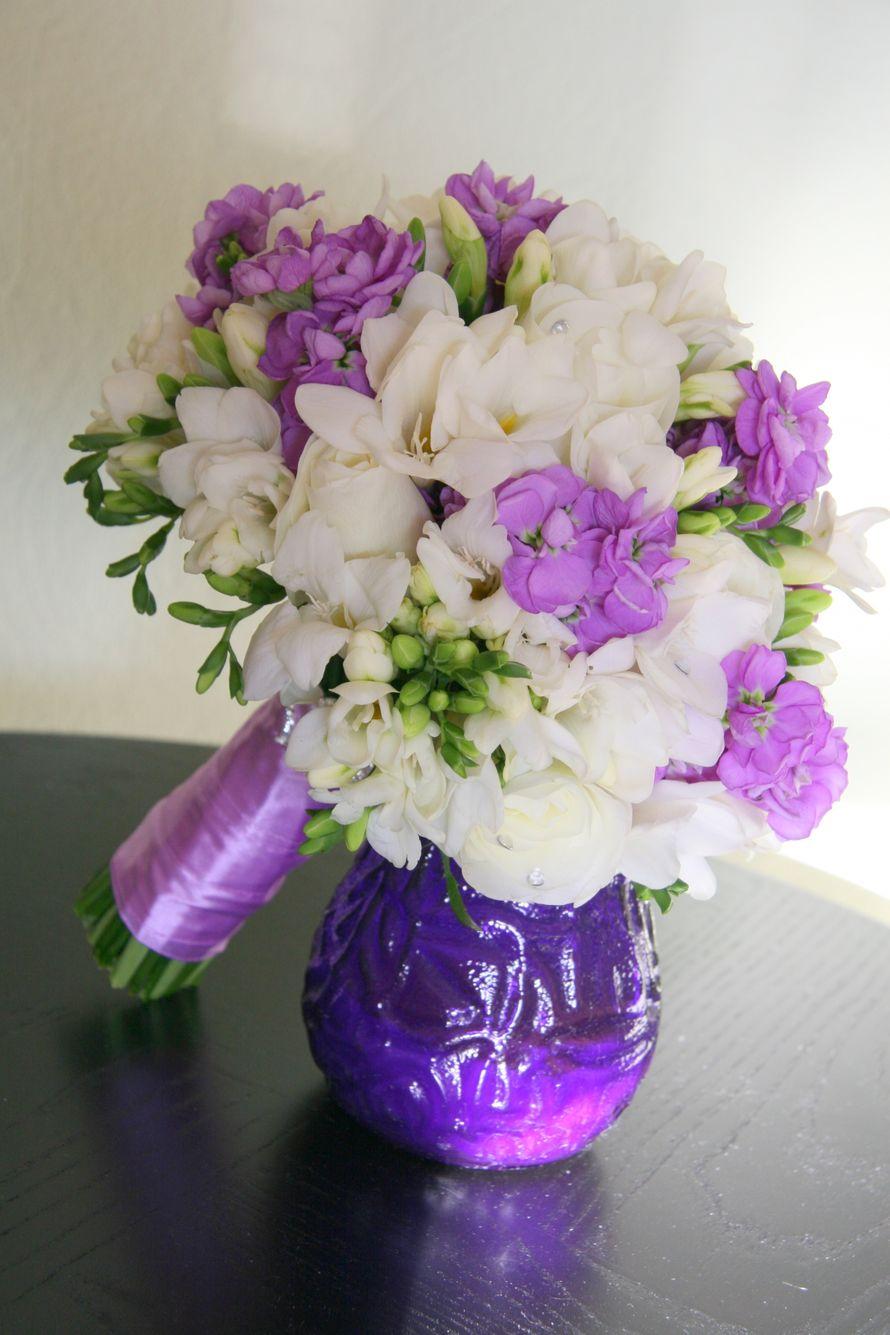 """Букет невесты из белых фрезий и сиреневой матиолы, декорированный сиреневой атласной лентой  - фото 1406887 Мастерская декора """"Flowerdesign"""""""