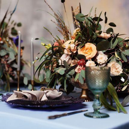 Оформление столов гостей цветочными композициями