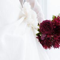 Яркий бордовый букет невесты из роз и астр