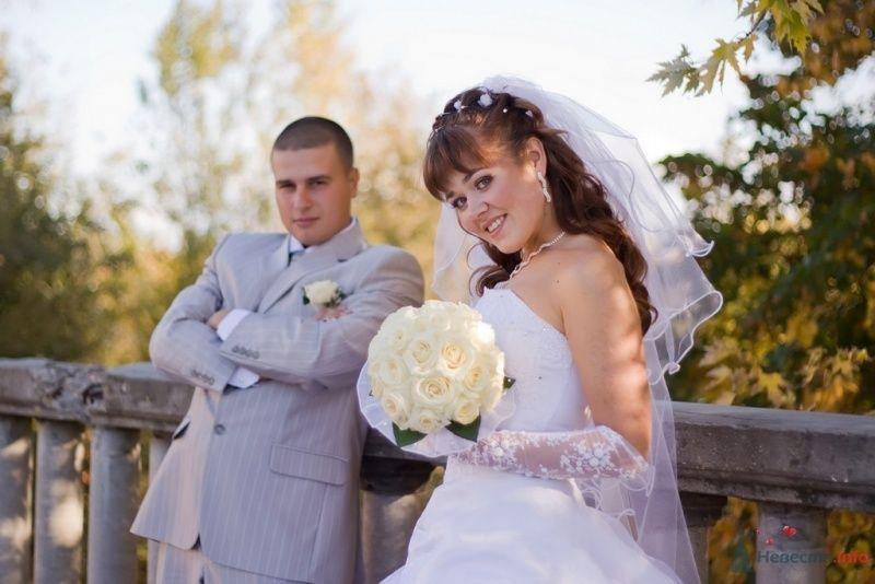 Жених и невеста стоят вместе на фоне леса - фото 59722 **Ната**