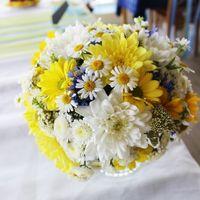 Желто-белый букет невесты из ромашек и астр
