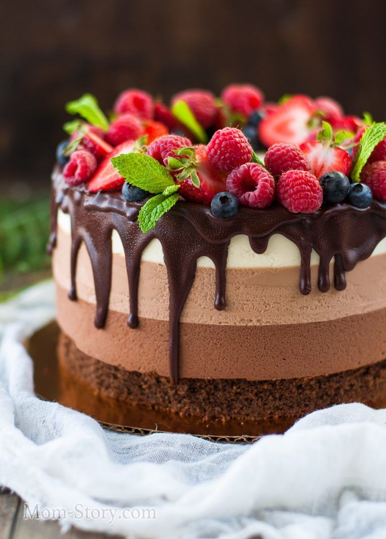 Торт-суфле Три шоколада Представляет из себя шоколадный бисквит и три вида суфле с горьким, молочным и белым шоколадом(на основе взбитых натуральных сливок) Может быть классическим, клубничным, фисташковым. - фото 14338852 Авторские торты от Анны Мочаловой