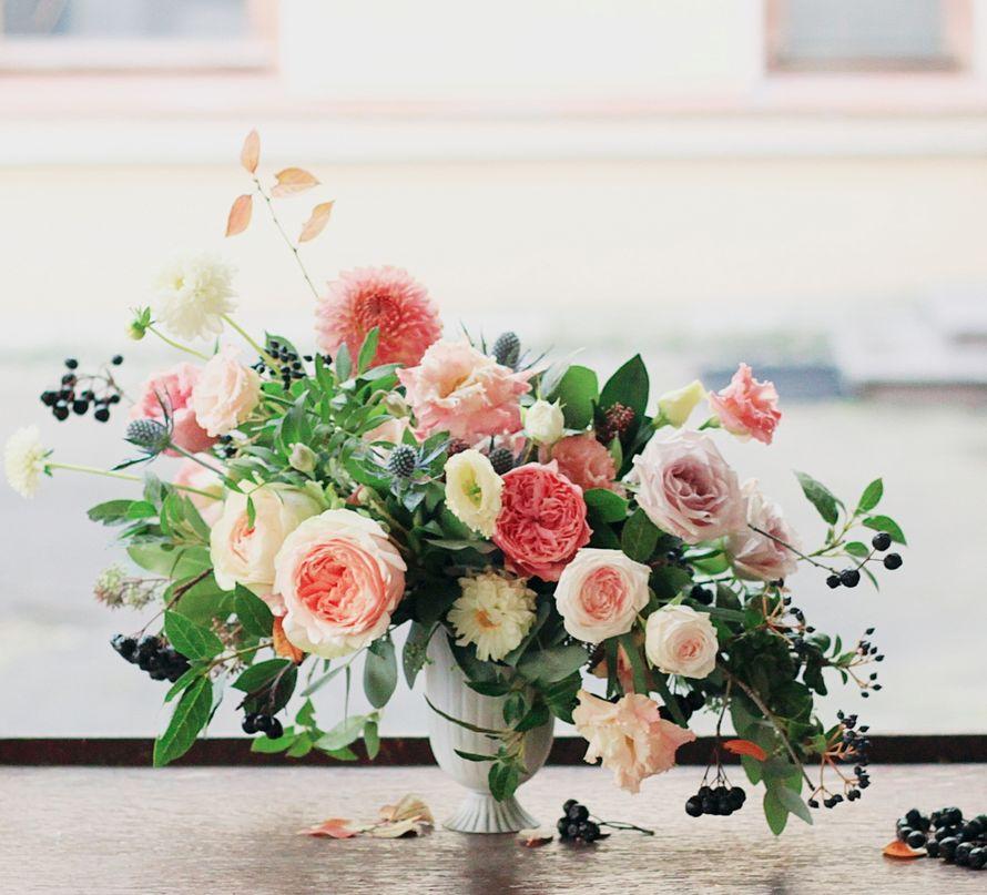 Цветочная композиция в классическом стиле для оформления праздника - фото 14361416 Студия цветов и декора Aster