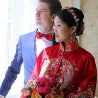 По Китайской традиции наряд невесты должен быть красным, ведь это цвет счастья.