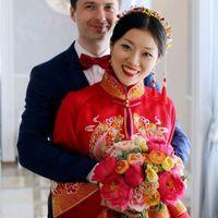 Букет изящно подчеркнул все цвета китайского традиционного свадебного одеяния и, кажется, эффектно дополнил его.