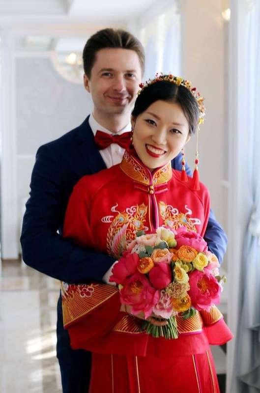 Букет изящно подчеркнул все цвета китайского традиционного свадебного одеяния и, кажется, эффектно дополнил его. - фото 14568208 Студия цветов и декора Aster