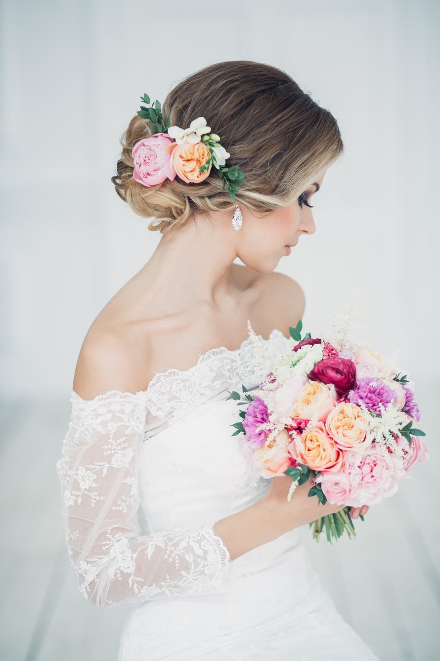 Прическа свадебная с фатой с цветами фото