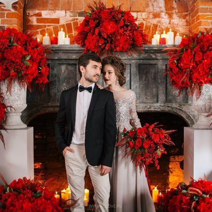 Декор свадебного зала в алом цвете