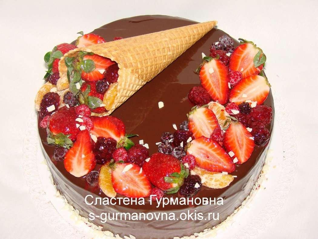 """Торт с ягодами и шоколадной глазурью, 3кг, внутри вишня в шоколаде - фото 14552528 Кондитерская """"Торты от Сластёны Гурмановны"""""""
