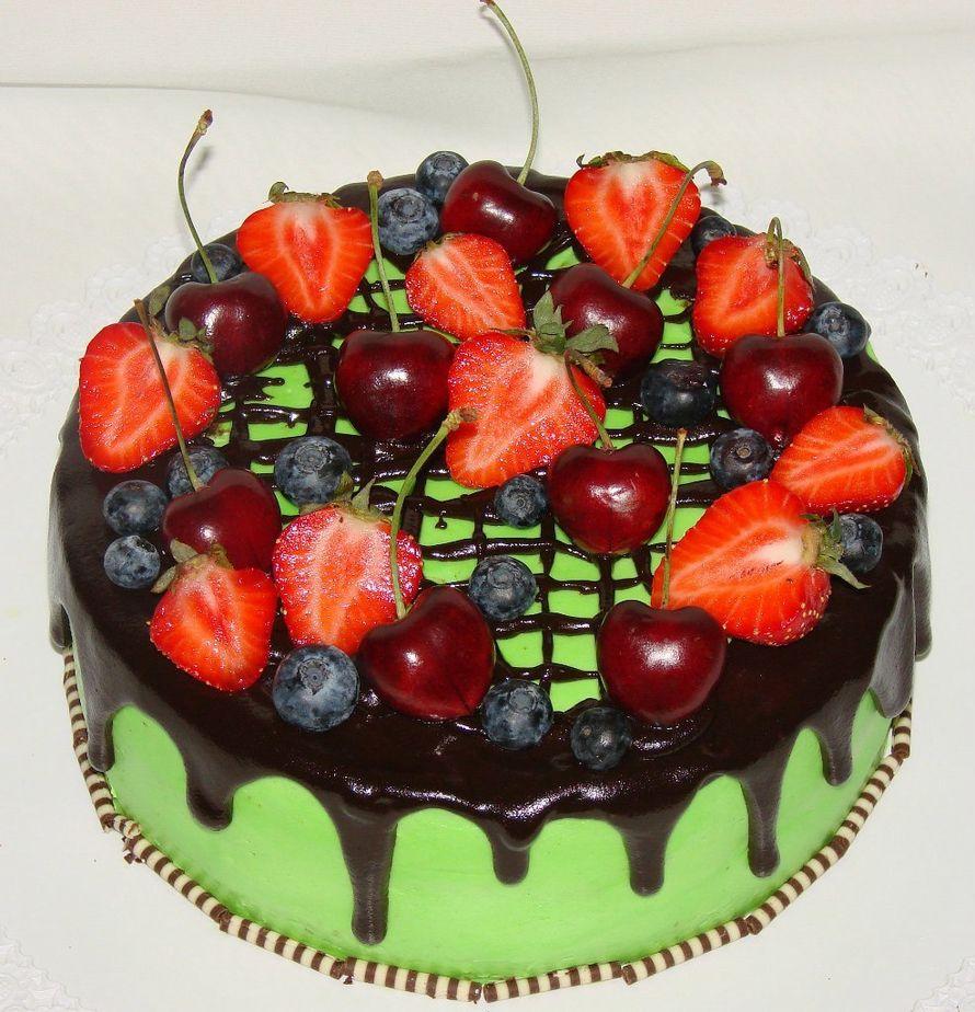 """Торт с шоколадной глазурью и ягодами, 2,1кг, внутри фруктово-ягодный - фото 14552552 Кондитерская """"Торты от Сластёны Гурмановны"""""""