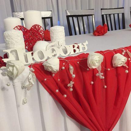 Оформление зала в красно - белом цвете
