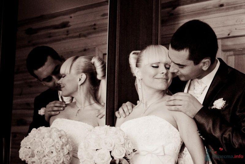 Жених и невеста, прислонившись друг к другу, стоят в комнате у зеркала - фото 64331 Liska