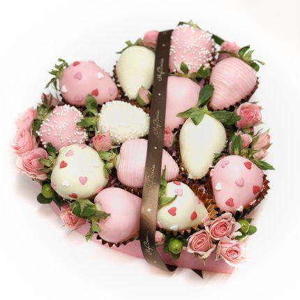 Сердце из клубники в шоколаде и роз