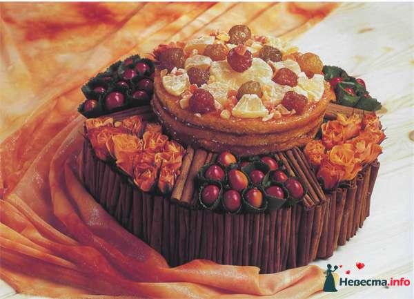 Свадебный торт, украшенный печеньям, розами, фруктами - фото 91209 Вашкетова Юлия - организатор свадеб, флорист.