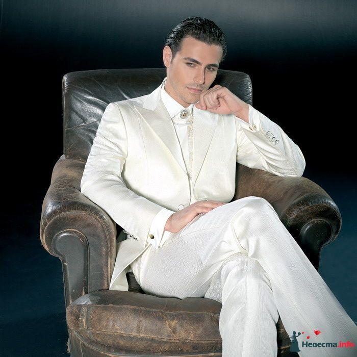 Белый костюм жениха с белой рубашкой и серебряной брошью с красным - фото 97334 Solne4naya