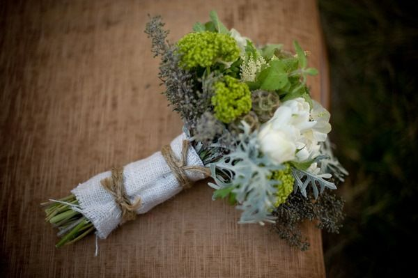 Букет невесты из зеленого вибурнума и цинерарии, коричневой звездчатой скабиозы и ягод котинуса, белых роз и астильбы в стиле - фото 1298411 Невеста01