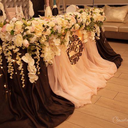 Композиция на стол молодожёнов из цветов