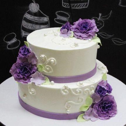 С сиреневыми розами торт