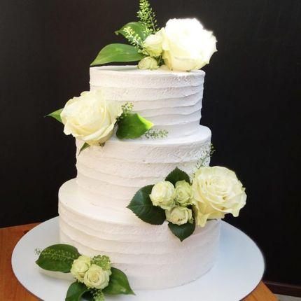 Кремовый с цветами торт