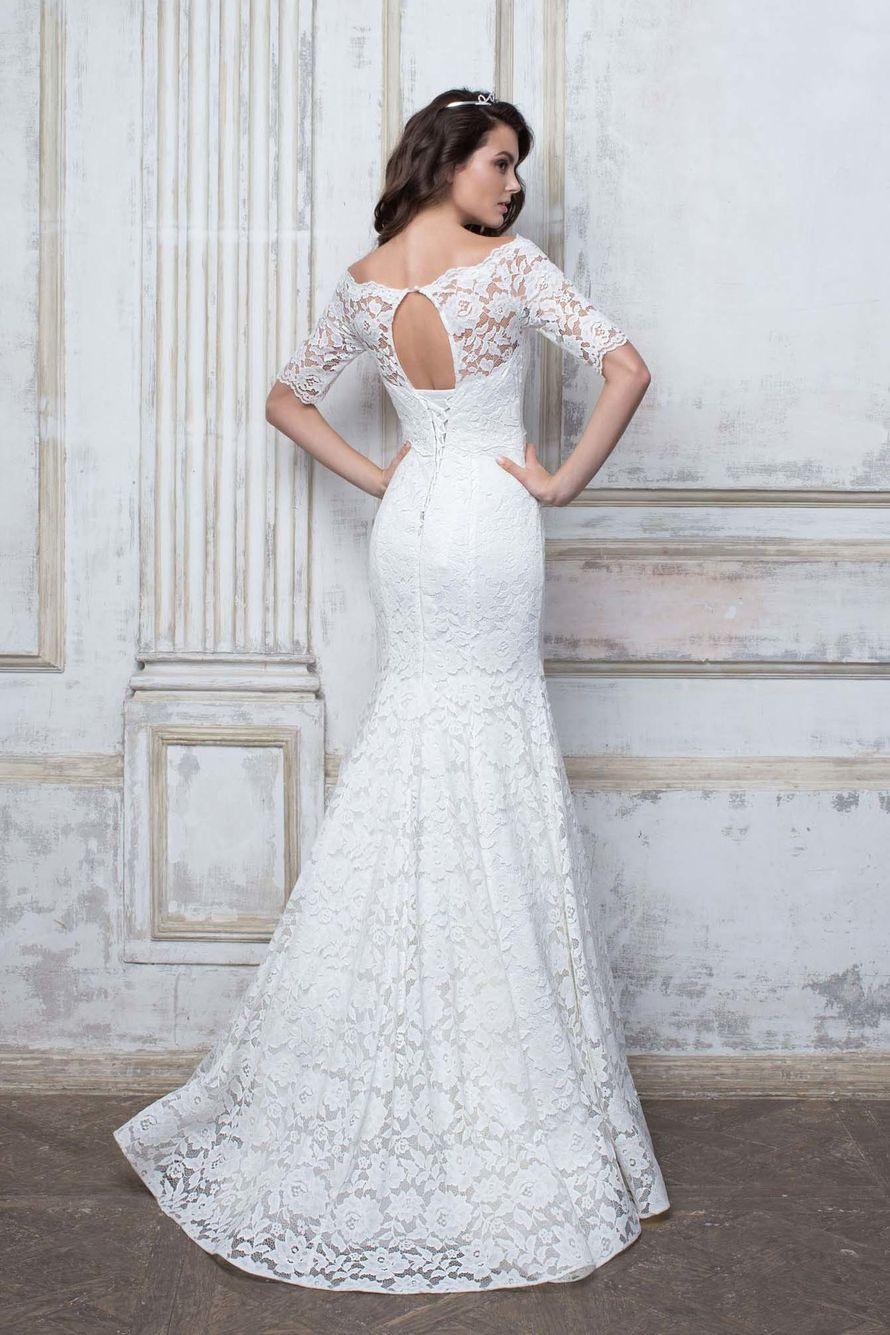 Очень эффектное белоснежное свадебное платье выполнено из эластичного кружева с обезоруживающими линиями силуэта «годе».  Небольшие прозрачные рукавчики, красивый вырез на спинке  и небольшой шлейф дополнят образ.  Подробности тут:  - фото 16777786 Свадебный салон Edler Weiss