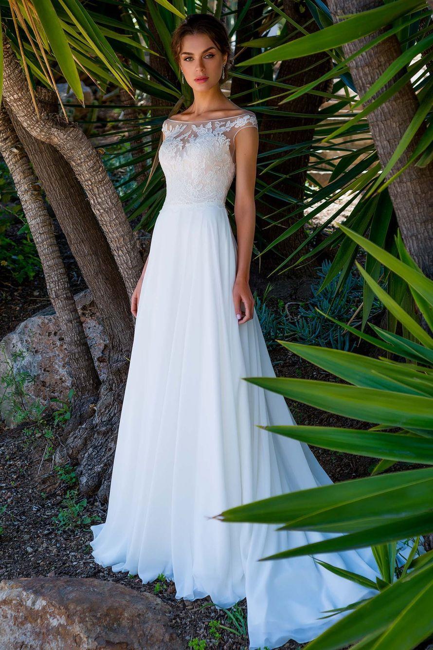 Элегантное свадебное платье прямого силуэта из нежного шифона и французского кружева. Платье выполнено комбинацией двух цветов - корсет цвета капучино, сверху телесная сетка расшитая молочным кружевом и молочная юбка, переходящая в небольшой шлейф. Красив - фото 16777796 Свадебный салон Edler Weiss